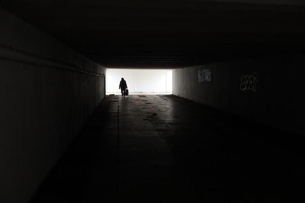Donna sola con una borsa nella metropolitana