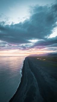 Lunga spiaggia con la sabbia vulcanica nera