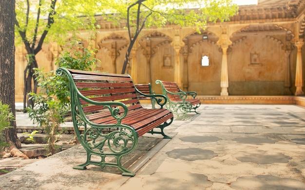 Sedia lunga o panchina lunga nel parco