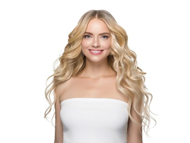 Capelli biondi ricci lunghi donna con pelle sana e trucco naturale isolato su bianco. colpo dello studio.