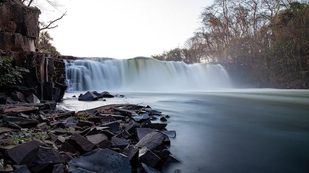 Lunga esposizione della caduta della cascata del fiume apore a cassilandia di notte