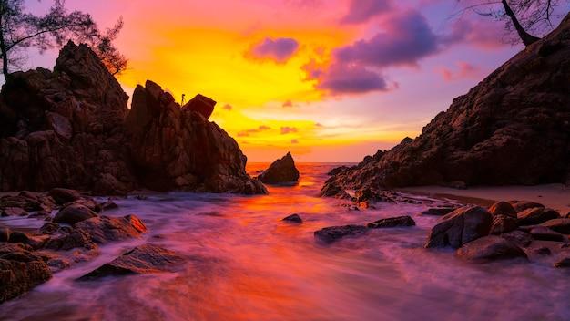 Immagine a lunga esposizione del paesaggio marino drammatico del cielo con roccia sullo sfondo del paesaggio al tramonto incredibile paesaggio naturale leggero.