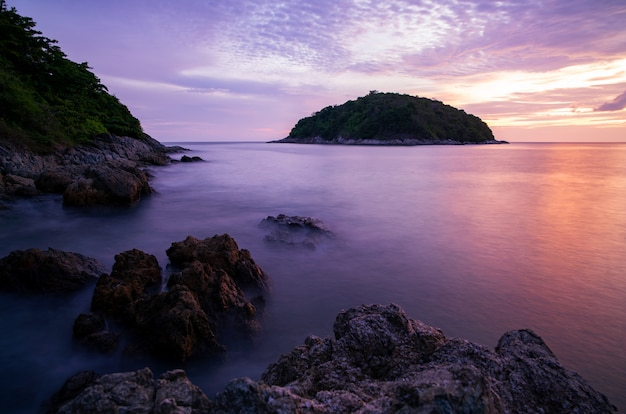 Immagine a lunga esposizione del cielo drammatico vista sul mare