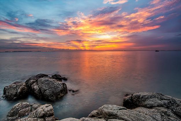 Immagine a lunga esposizione del mare e del cielo in twilight time
