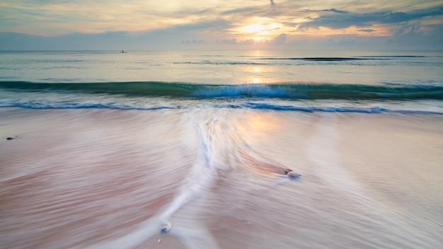 Lunga esposizione sparato onde di vista sul mare sulla spiaggia di sabbia