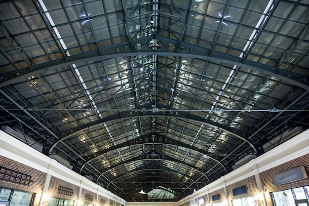 Lunga cupola di vetro di notte