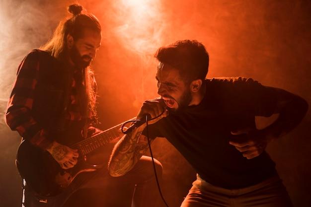 Chitarrista e cantante con i capelli lunghi