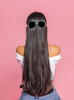 Capelli lunghi con occhiali da sole da dietro