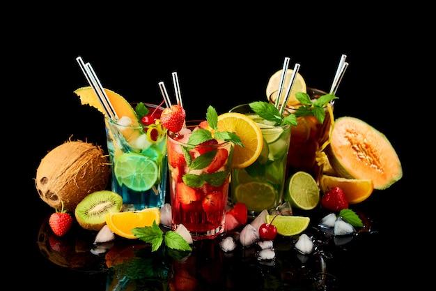 Long island ice tea mojito e cocktail blu laguna studio girato su sfondo nero