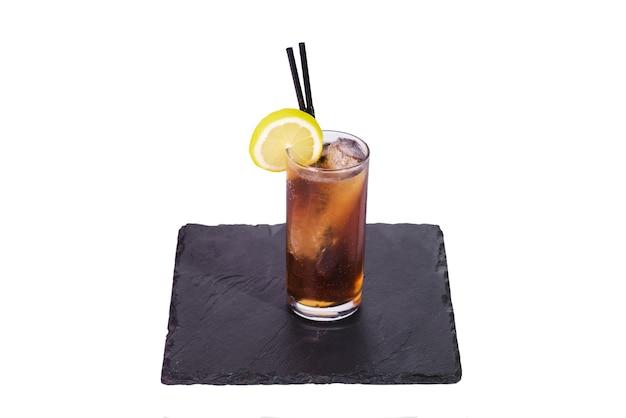 Long island iced tea cocktail isolati su sfondo bianco