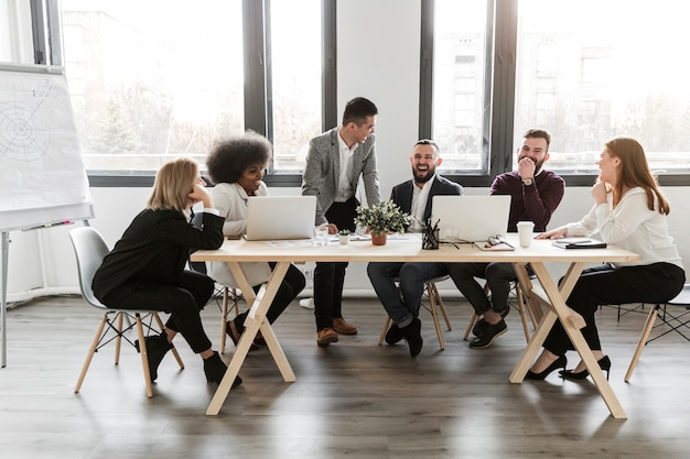 Colpo lungo di uomini d'affari in riunione