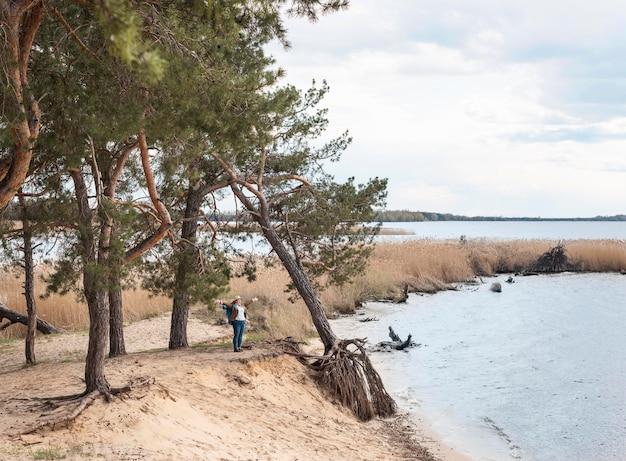 Esploratore del colpo lungo in riva al mare