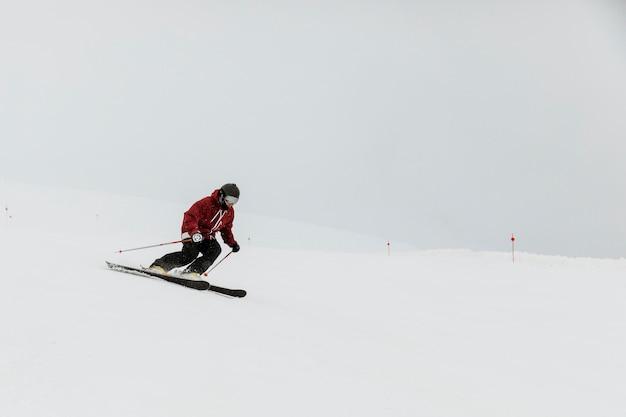 Concetto di sport invernali dello sciatore a tiro lungo