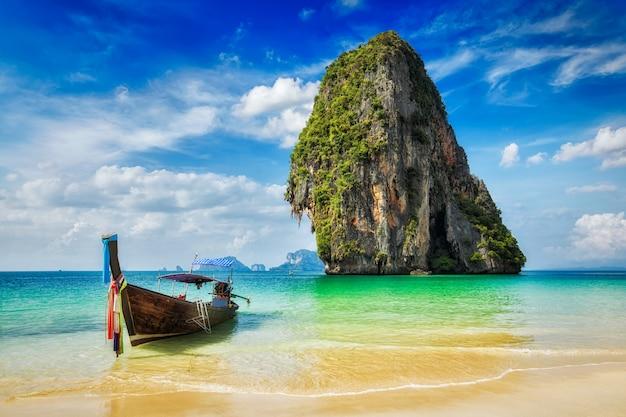 Crogiolo di coda lunga sulla spiaggia, tailandia