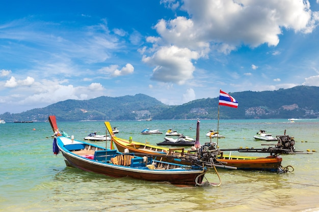 Barca dalla coda lunga sulla spiaggia di patong a phuket in thailandia