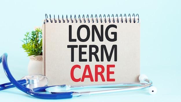 Cura a lungo termine - diagnosi scritta su un pezzo di carta bianca. trattamento e prevenzione delle malattie. concetto medico. messa a fuoco selettiva