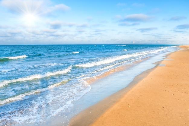 Lunga spiaggia sabbiosa tropicale con onde del mare e surf