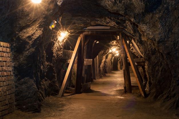 Lungo tunnel attraverso la miniera di gesso