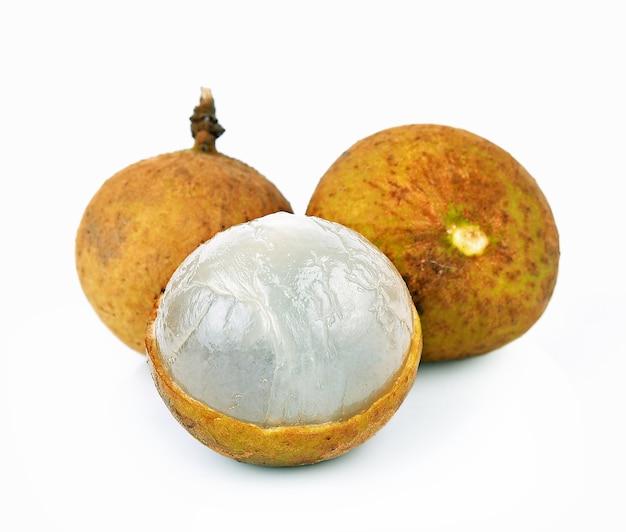 Longan frutta fresca su sfondo bianco