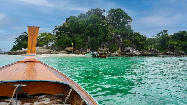 Longtail boat sul mare cristallino a koh lipe tropicale thailandia