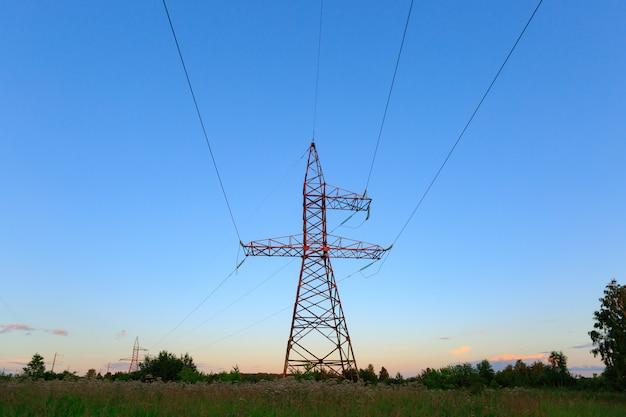Cerca alta tensione delle torri di trasmissione