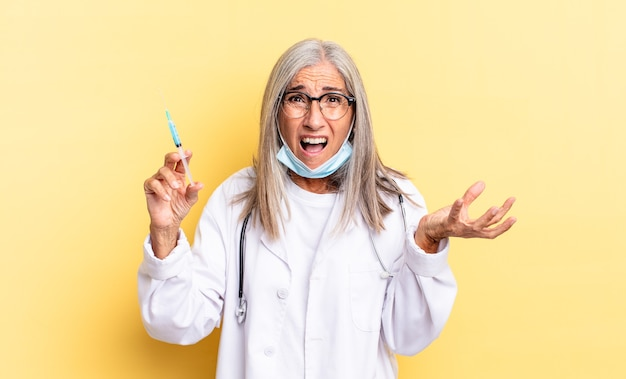 Sembri arrabbiato, infastidito e frustrato urlando o cosa c'è che non va in te. medico e concetto di vaccino