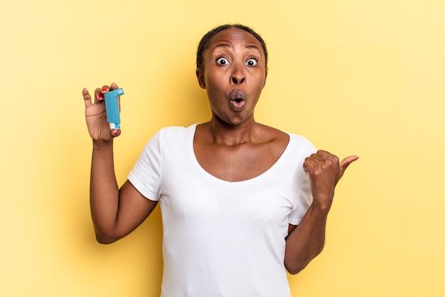 Guardando stupito incredulo, indicando un oggetto sul lato e dicendo wow, incredibile. concetto di asma