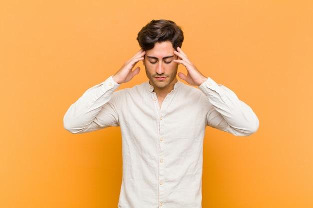 Sembra concentrato, riflessivo e ispirato, fa brainstorming e immagina con le mani sulla fronte