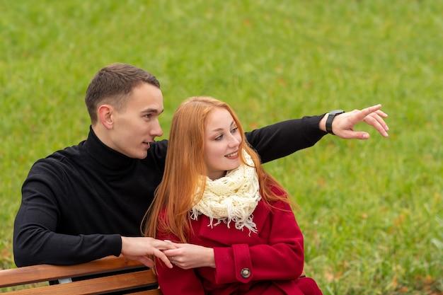 Guardando al futuro, giovane coppia romantica su una panchina del parco