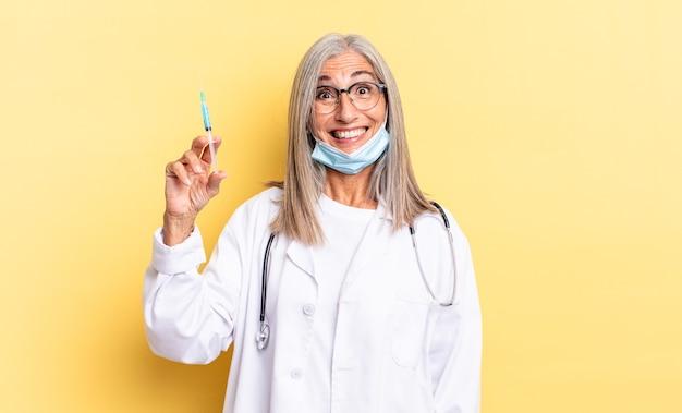 Sembra felice e piacevolmente sorpreso, emozionato con un'espressione affascinata e scioccata. medico e concetto di vaccino