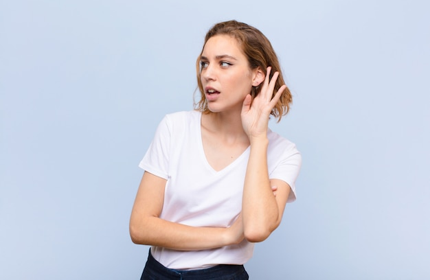 Sembrare serio e curioso, ascoltando, cercando di ascoltare una conversazione segreta o un pettegolezzo, origliare