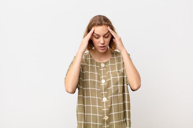 Sembrare stressato e frustrato, lavorando sotto pressione con mal di testa e turbato da problemi