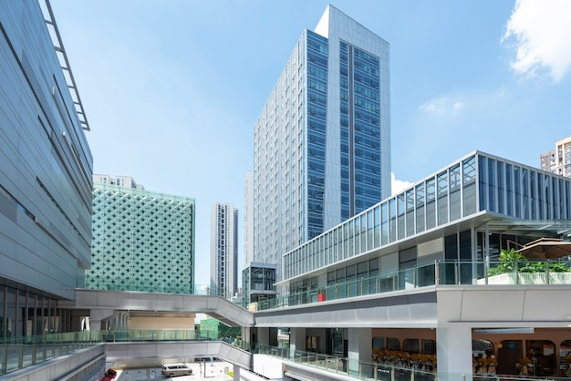 Guardando in alto edificio per uffici moderno blu