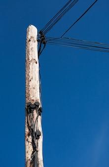 Guardando il palo del telegrafo con molti fili