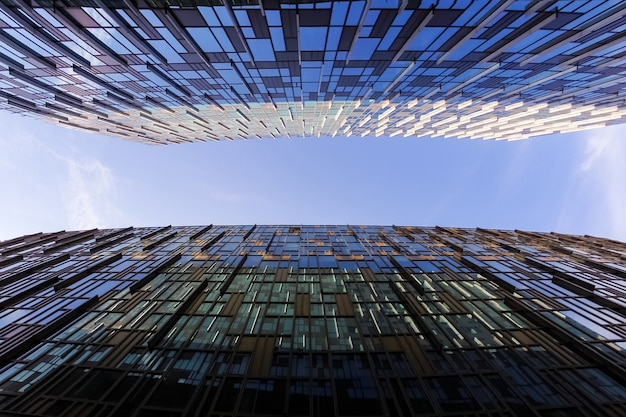 Alzando lo sguardo tra due moderni grattacieli aziendali.