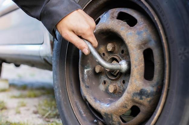 Allentamento dei dadi delle ruote su strada sostituzione di emergenza delle ruote su strada