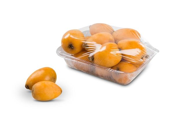 Frutta della nespola del nespolo su bianco isolato. frutta fresca.