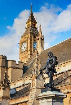Statua di lord oliver cromwell al di fuori del palazzo di westminster a londra