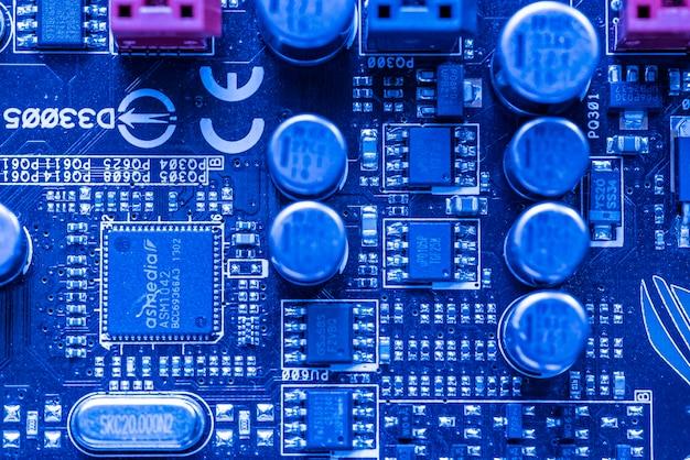 Los angeles, usa 25 aprile 2021: componenti elettronici in una scheda