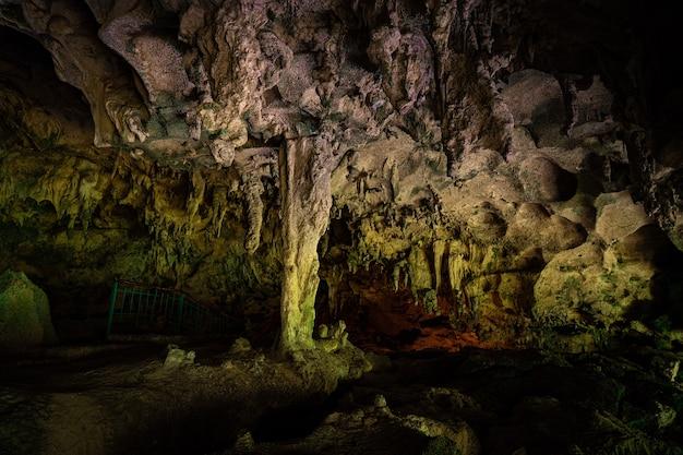 Los tres ojos acqua cristallina lago blu nella grotta di calcare nella repubblica dominicana di santo domingo