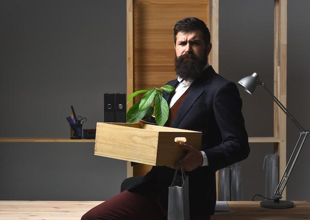 Perdere il lavoro essere licenziato riduzione del personale imprenditore licenziato arrabbiato che lascia l'ufficio licenziato