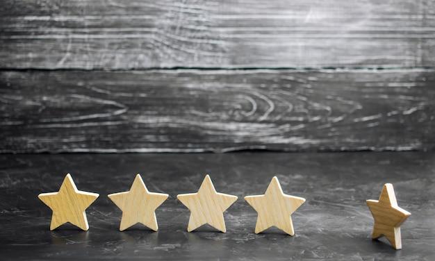 La perdita della quinta stella del ristorante o dell'hotel. il calo della valutazione e del riconoscimento. Foto Premium