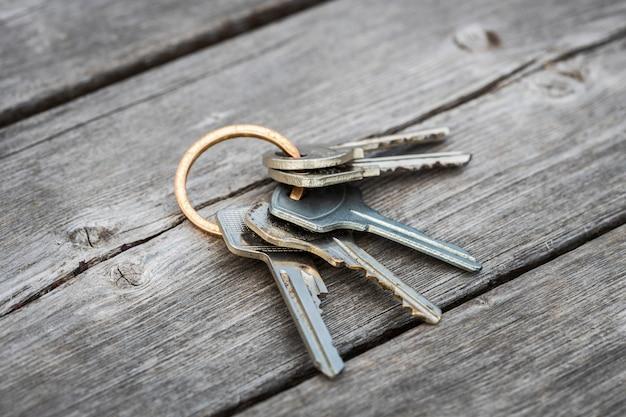 Un mazzo di chiavi smarrito giace sul pavimento di legno