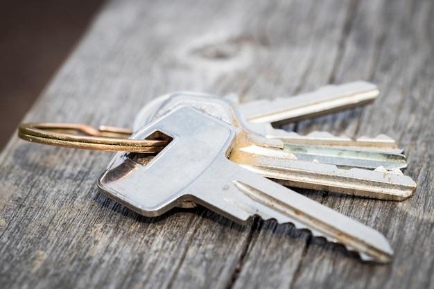 Le chiavi smarrite giacciono su una panchina del parco