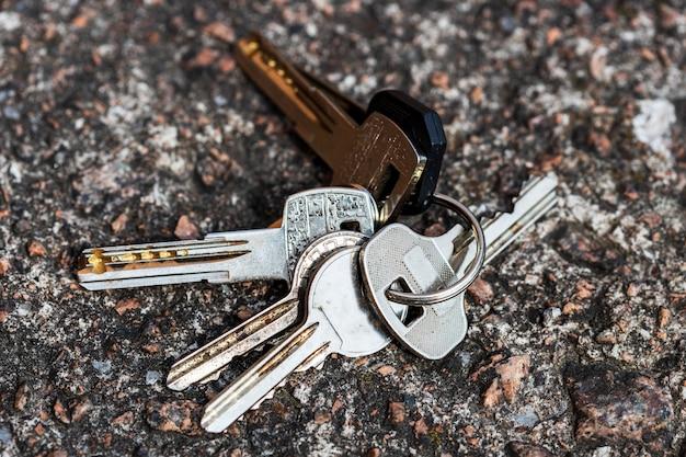 Le chiavi smarrite giacciono sulla strada. porta chiusa a chiave. foto di alta qualità