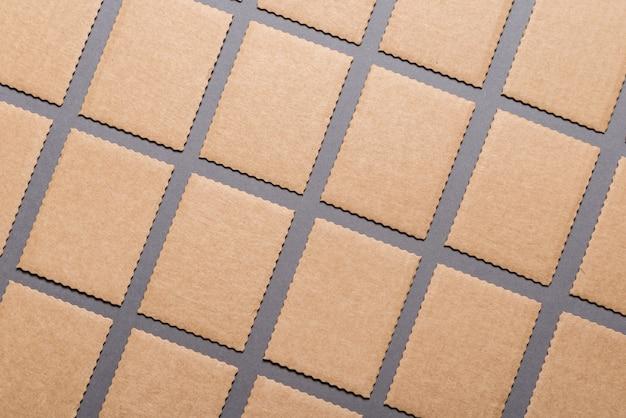 Sacco di cartellini di cartone su sfondo grigio.