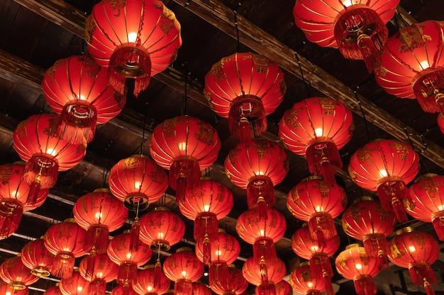 Molte lanterne cinesi di carta sul soffitto
