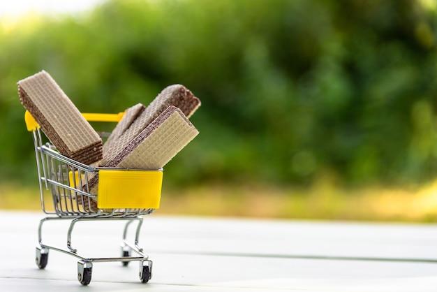 Molte cialde al cioccolato giacciono in un carrello della spesa