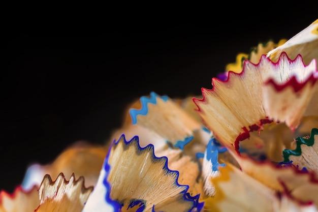Un sacco di trucioli di matite colorate sullo sfondo posteriore, primo piano e foto macro