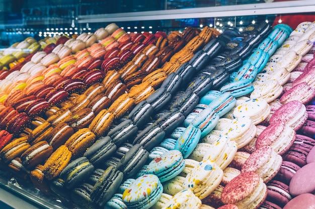 Un sacco di amaretti colorati sul negozio di caramelle.